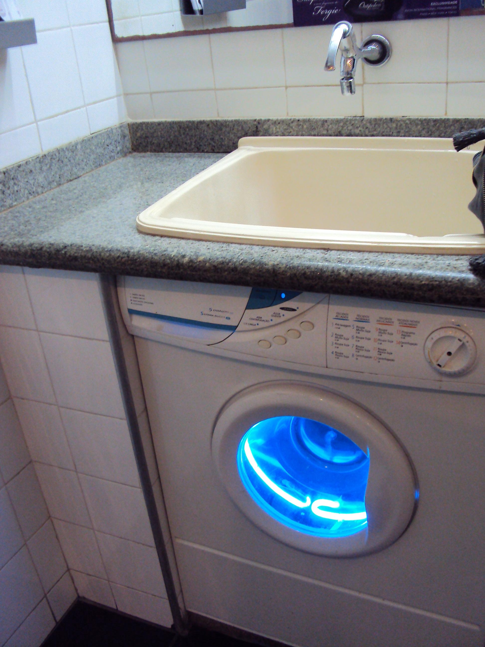 No banheiro as pias são em cima de uma máquina de lavar! E as  #045FC7 1944 2592