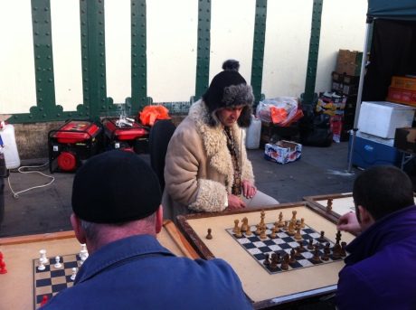 daí, como toda feira tem figuras, esse cara é o mr xadrez, que jogava contra 3 ao mesmo tempo. sentado em uma cadeira com rodinhas, ele ia de um lado para o outro deslizando e dando xeque-mate em geral.