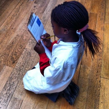 no museu de história natural, ela anotava atenta tudo o que a professora falava. o jaleco dizia algo como: desbravadora de dinossauros. <3