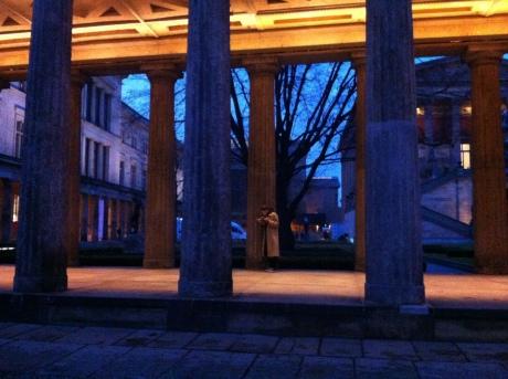 Os pilares imponentes que antecedem a entrada do Neue