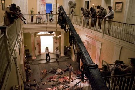 Como em Kill Bill, a cena clássica do herói contra muitos inimigos, vindo de planos diferentes e portas diversas