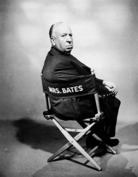 Mantendo o humor negro e irônico, nas filmagens Hitch sentava-se nessa cadeira, com o nome da mãe do assassino