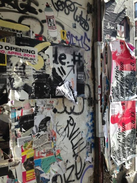 cenário mais comum: posters colados e descolados nos muros e portas